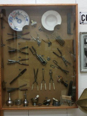 Montgaillard, France: outils de coiffeur (coupe au bol a vraiment existé !)