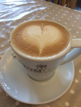 Cuckfield, UK: Perfect latte at the Corner  House!