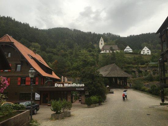 Forbach, Germany: De oude hoofdweg met de ingang van het hotel en de oude houten brug