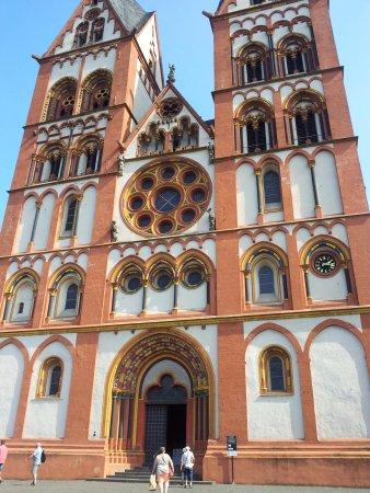 Limburger Dom: Mooi sierlijk gebouw