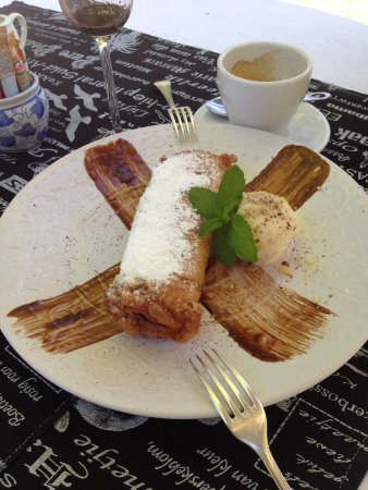 Wellington, Afrika Selatan: Apple and cinnamon spring roll. (Plenty for two!)
