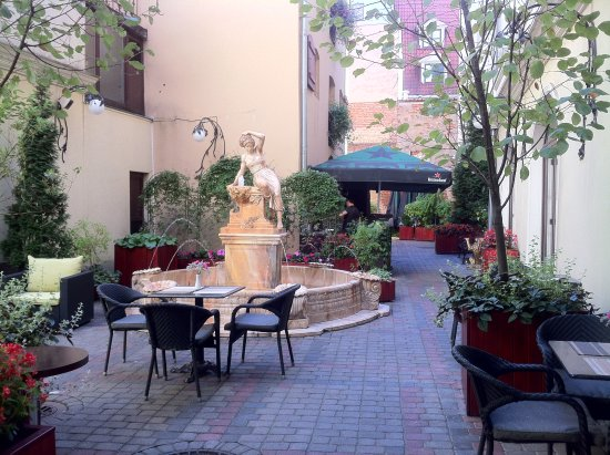 Hotel Garden Palace: courtyard outside hotel