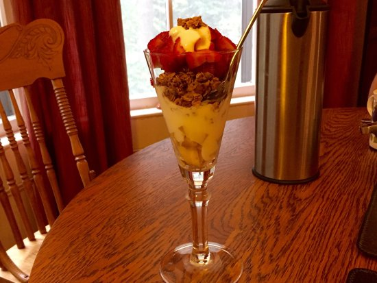 Sussex, Canada: Delicious yogurt parfait with granola and local strawberries