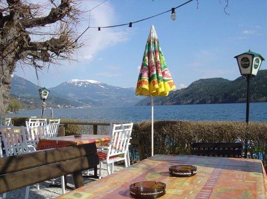 Seeboden, Oostenrijk: bereits Edne April saßen wir hier in der Sonne am See!