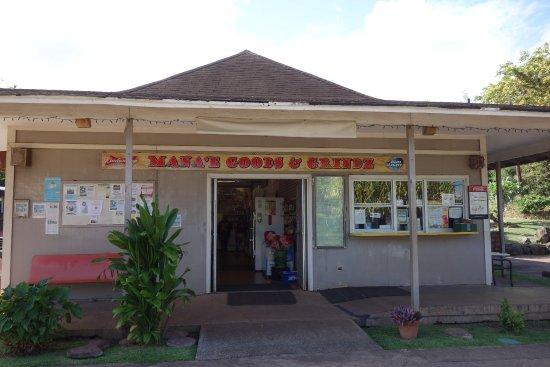Kaunakakai, HI: お店の外観。右の窓口でご飯がオーダーできます。