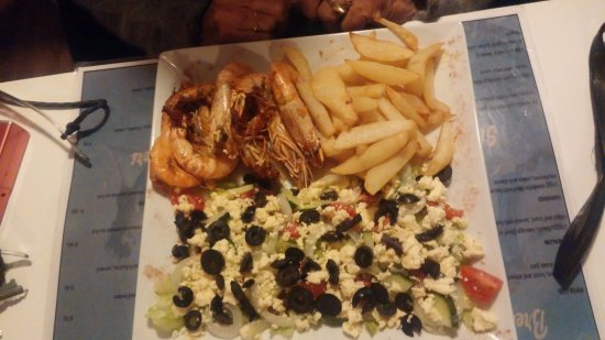 Struisbaai, Afrika Selatan: Grandmother's prawns, salad and chips.