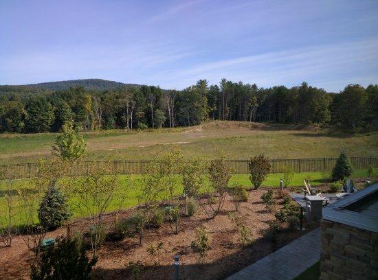 Πλίμουθ, Νιού Χάμσαϊρ: The view from our 2nd floor window. It's fall and newly planted. Sure to blossom.