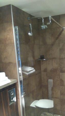 Bauhaus Hotel: Ensuite showing lovely shower