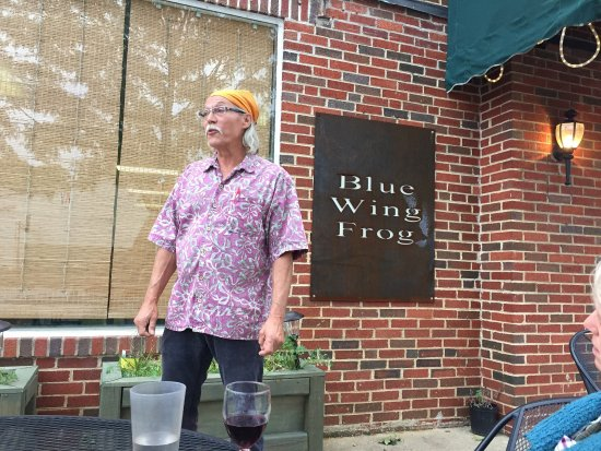 Front Royal, VA: Owner Robert convinced us to try this VERY good and reasonably priced Cab Franc at his sidewalk