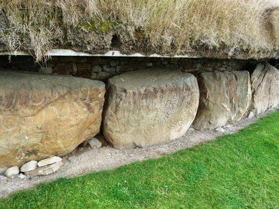 Donore, ไอร์แลนด์: Pierres de parement gravées, tumulus de Knowth