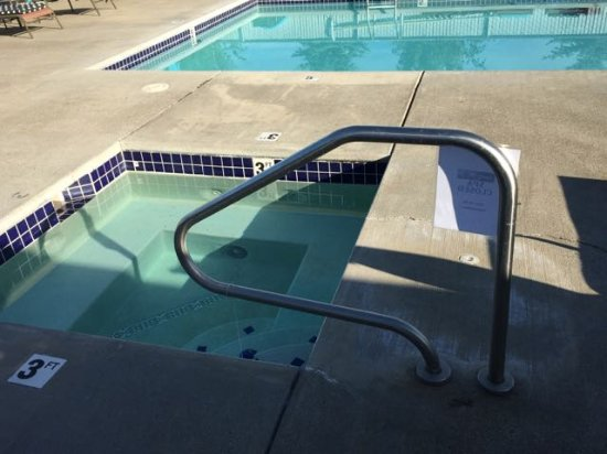 Dayton, OR: Rundown pool area and the hot tub was out of order
