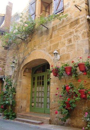 Maison ancienne, vieux quartiers - Picture of Montignac, Dordogne ...