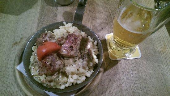 """Columbusbräu: 3 médaillons de porc avec des """"pates"""", du bacon, des champignons et de la crème. Délicieux."""