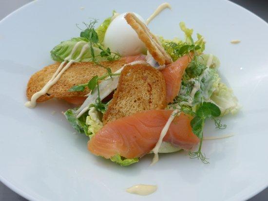 Velsen, Países Bajos: Caesarsalad met huisgerookte zalm (croutons&parmezaan en ei)