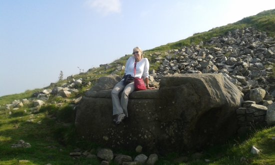 Kells, Irland: Making a wish on the Hag's Chair at Loughcrew