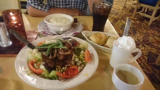 Kayenta Monument Valley Inn: ステーキサラダ、スープ(ほぼシチュー)とホットショコラ