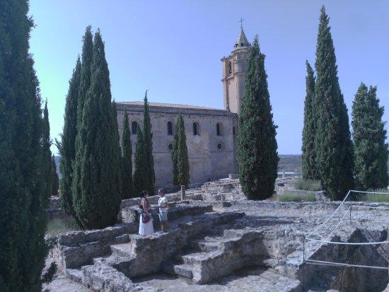 Alcala la Real, Spanien: Dentro de la iglesia excavaciones arqueológicas muy bien explicadas