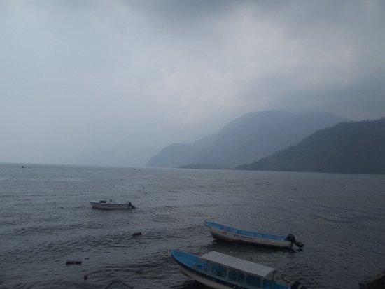 Lake Atitlan, Guatemala: Dia con niebla en Atitlan, igual la imagen es hermosa