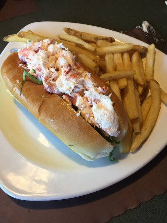 Patrick's Pub & Eatery: Lobster roll & fries