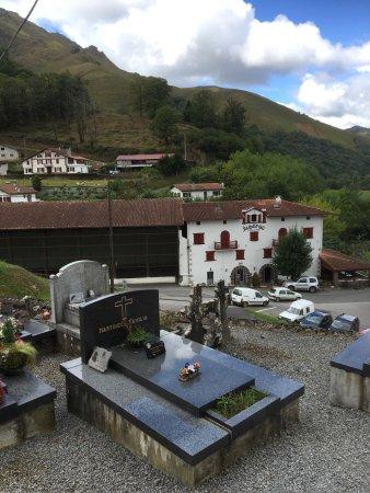 Esterencuby, Francia: Une vue prise de l'église et la rivière qui passe à côté de la salle de restaurant
