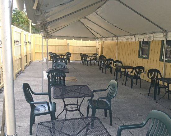 Victor, NY: Thirsty Turtle Enclosed Patio Seating
