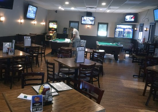 Victor, NY: Thirsty Turtle Dining Area with Pool Tables