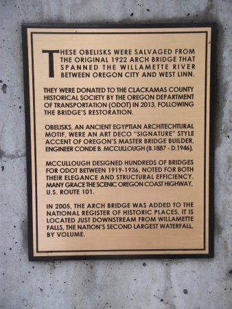 Oregon City, Oregón: Plaque about the obelisks at Museum