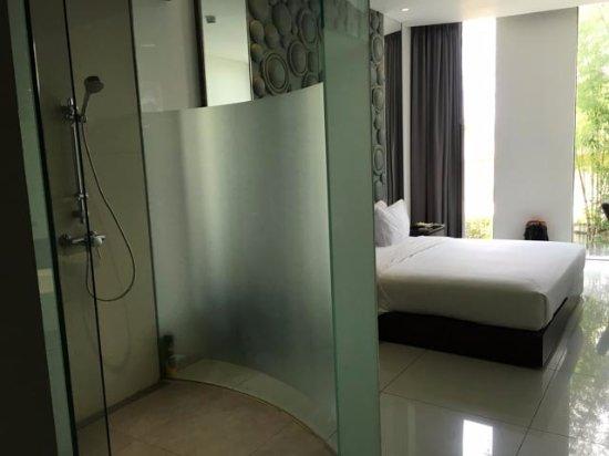 Salle de bain sans vraie séparation - Picture of FM7 Resort ...
