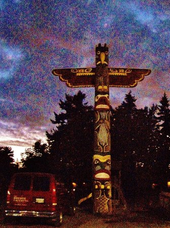 Milwaukie, OR: Totem Pole in the back of the Parking lot