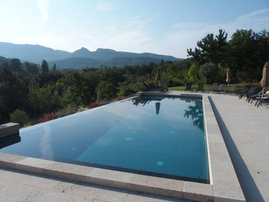 Charols, Γαλλία: één van de twee zwembaden, hier voor de volwassenen