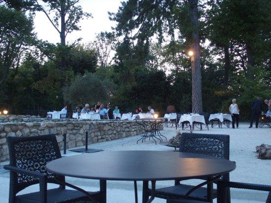 Charols, France: het diner in openlucht onder de bomen, zalig genieten