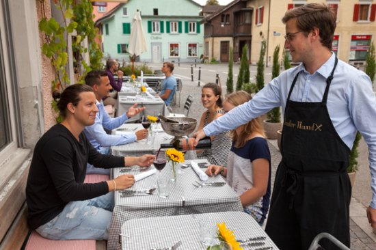 Bunter Hund: Gäste geniessen den super Weinservice