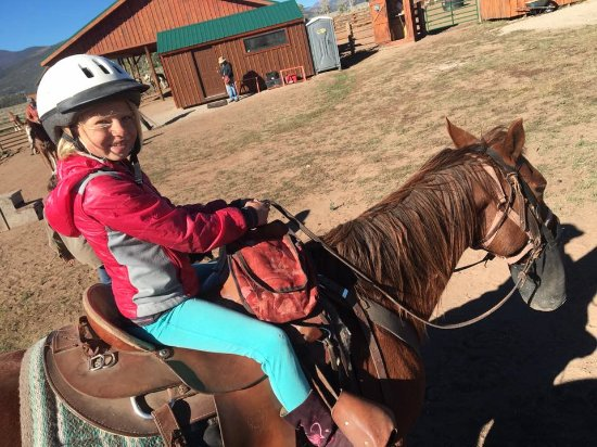 ซาลิดา, โคโลราโด: 8 year old on a horse for the first time ever! Her horse Leroy was perfect!