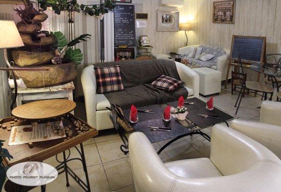 Beaulieu-sur-Dordogne, France : Comme à la maison, dans le canapé ou à table...on déguste, on joue...