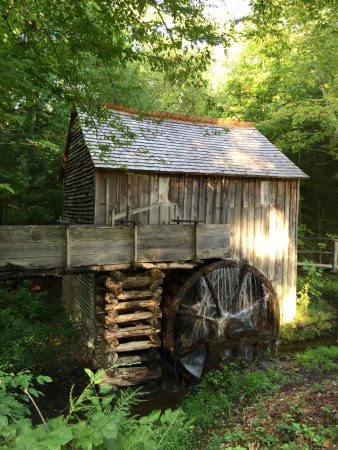 Great Smoky Mountains National Park, นอร์ทแคโรไลนา: Cades Cove mill--Cade's Cove is beautiful