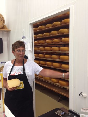 New Hamburg, Kanada: Please pass the cheese before you pass b.