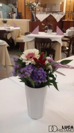 Calderara di Reno, Italia: tavoli preparati con cura ed abbelliti da composizioni floreali fresche