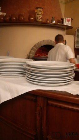 Calderara di Reno, Italia: forno a legna per le ottime pizze