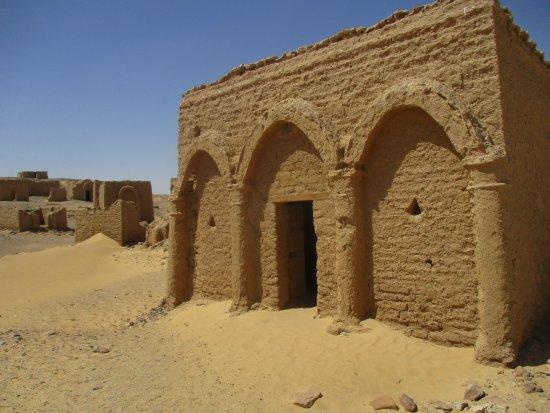 Kharga, อียิปต์: Exterior of tomb