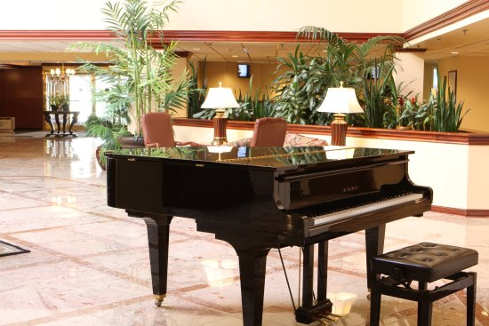 Westford Regency Inn: lobby with piano