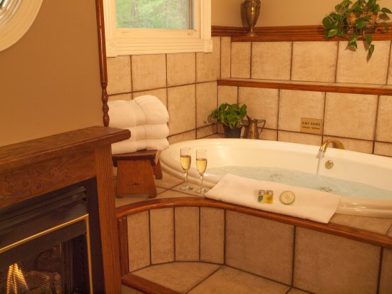 The Inn at Rose Hall Bed and Breakfast: Camelot- The perfect setting to snuggle in the double Jacuzzi and watch the fireplace.