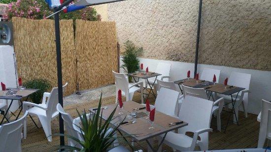 Saint Saturnin les Avignon, França: TERRASSE OMBRAGÉE, Capri Pizza Traiteur, vous propose aussi sur commande : Pizas – Plaques de pi