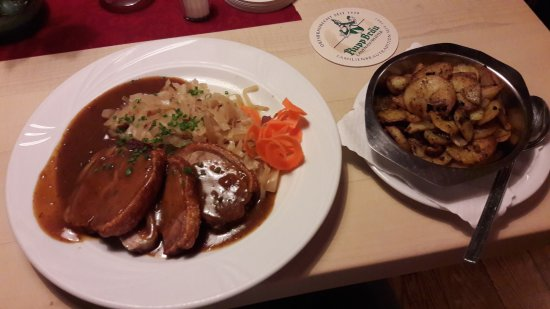 Lauenau, Tyskland: Spanferkelrollbraten mit Bratkartoffeln