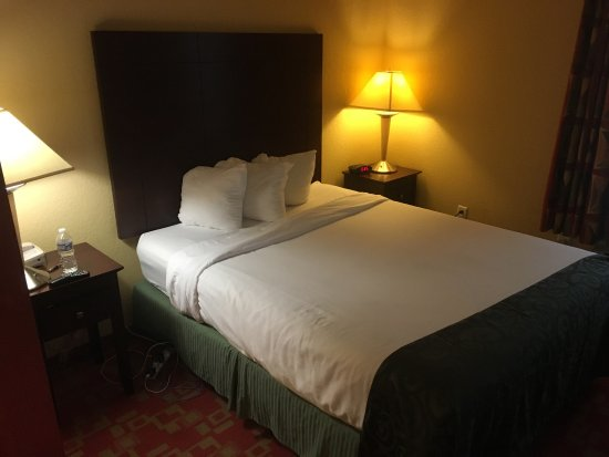 Prince George, VA: Comfortable bed with extra pillows in the closet!