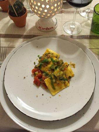Locorotondo, Italia: Quadrotto di ricotta fresca e verdurine grigliate in salsa di zucchine, pomodorino fresco, pesto