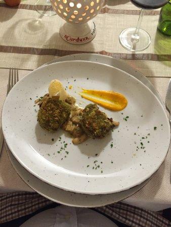 Locorotondo, Italia: Gran filetto di manzo al panverde e mandorle su zuppetta di funghi porcini freschi