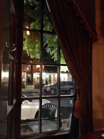Lititz, Pensilvania: View from one of the tables looking through large glass windows with heavy drapes onto street si