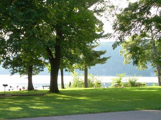 Baraboo, WI: Lots of greenery by lake