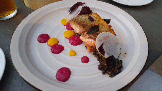 Thornbury, Kanada: trout with lentil/apple salad & beetroot puree