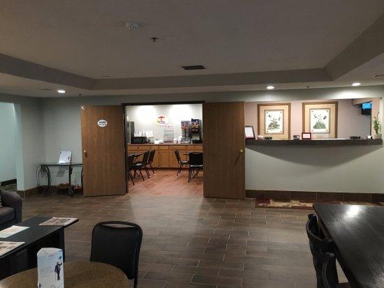 Winfield, KS: Front Desk & Lobby